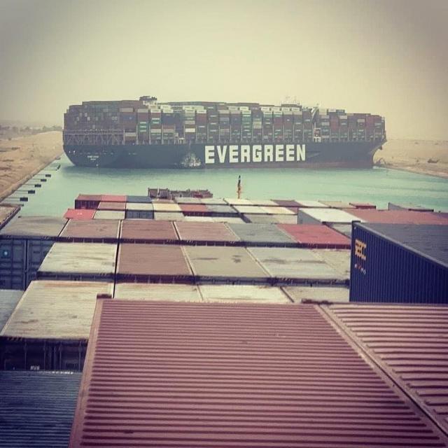 Bloccato il canale di Suez, portacontainer arenata